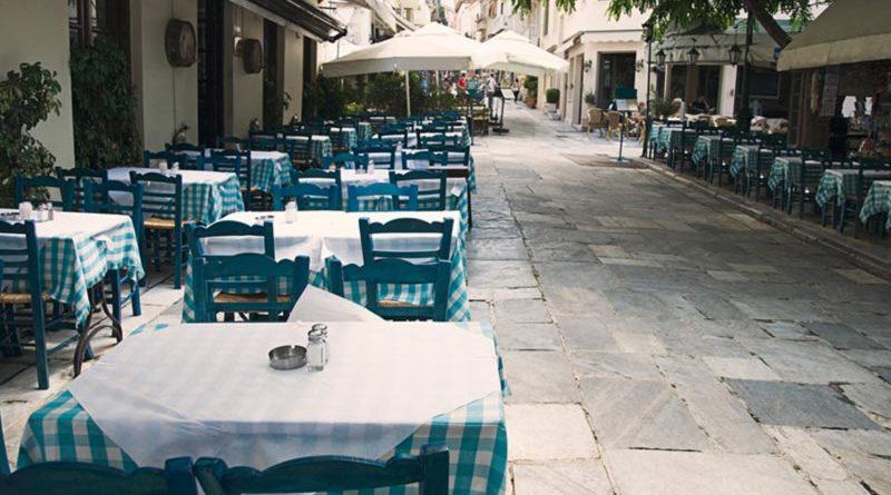 Leere Tische in der Gastronomie während Corona