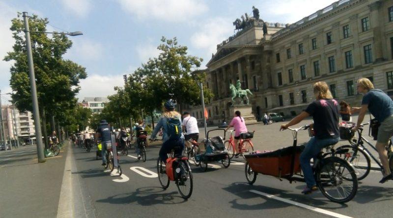 100 Radfahrende bei Kinderfahrraddemo